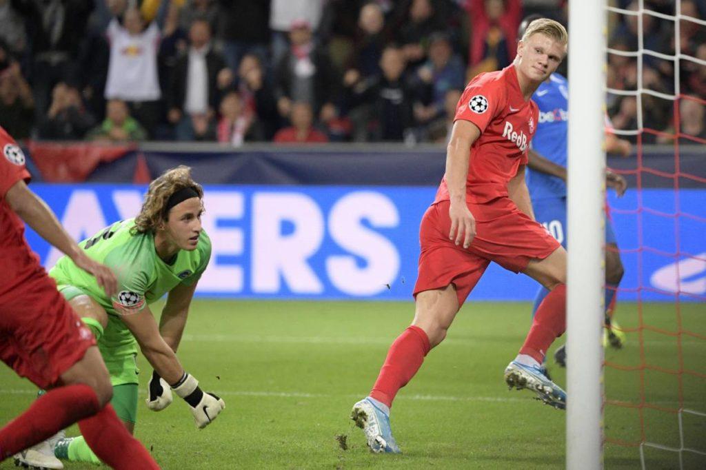 Und wieder lässt Erling Braut Haland von RB Salzburg (r.) Genks Keeper Gaetan Coucke ins Leere laufen - Beim 6:2 erzielt der Norweger von RBS 3 Treffer.