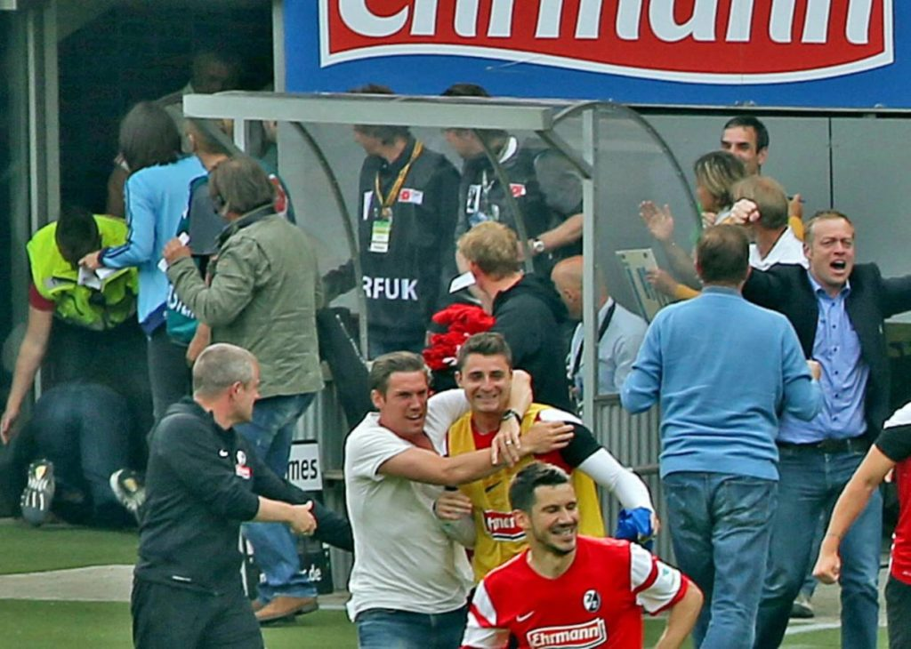 SC Freiburg gegen FC Bayern München 2:1 (2015): Christian Streich (linker Bildrand) rennt... und fällt...