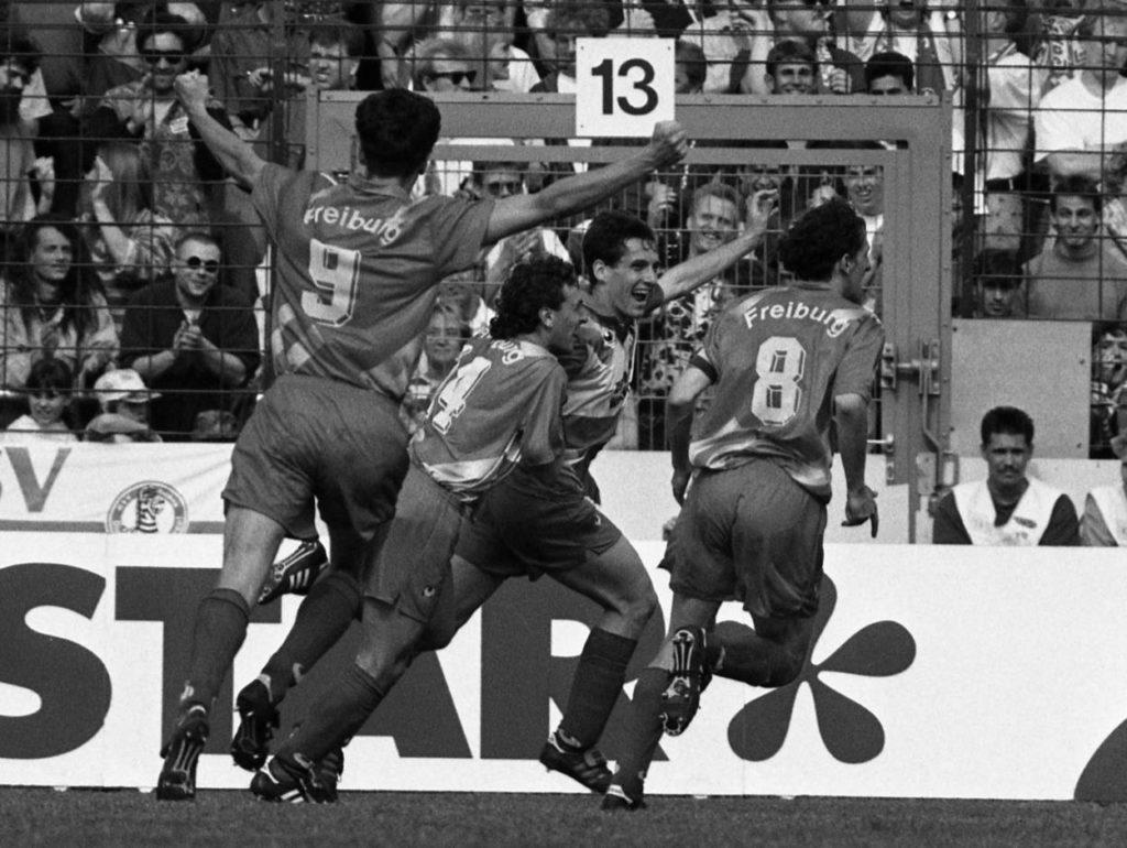 Die legendäre Last-Minute-Rettung: Die Freiburger um Jens Todt (l.) feiern den 2:0-Auswärtserfolg beim MSV Duisburg und den Klassen-Verbleib dank Schützenhilfe vom BVB gegen Abstiegs-Konkurrent 1. FC Nürnberg