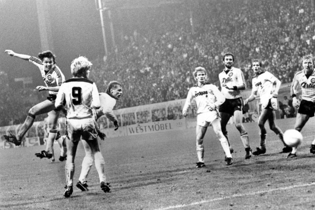 1985: Borussia Dortmund - Borussia Mönchengladbach, v.li.: Jürgen Wegmann (BVB) mit dem Kopfball, Hans-Georg Dreßen, Ulrich Borowka, Kai-Erik Herlovsen (alle Mönchengladbach), Dirk Hupe (BVB), Thomas Herbst (Mönchengladbach) und Horst Hrubesch (BVB).