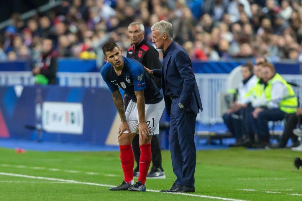 Lucas Hernandez (l.) und Trainer Didier Deschamps beim EM-Qualifikationsspiel Frankreich gegen Albanien in Paris.