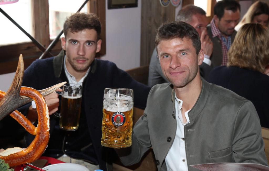 """6. Oktober 2019: War das die letzte ,,Wiesn"""" für Thomas Müller (r., mit Leon Goretzka) in Diensten des FC Bayern München?"""