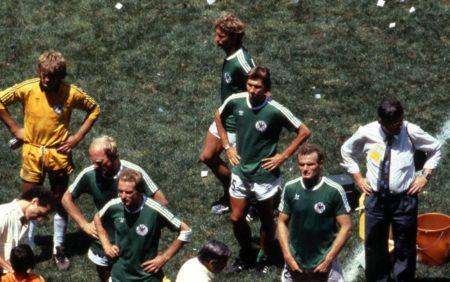 """Die ,,Uli-Stein-Fraktion"""" mit Ditmar Jakobs (hinten), Dieter Hoeneß (2. v. l., neben dem 3. Torhüter Eike Immel), und Klaus Augenthaler (3. v. l.) nach dem mit 2:3 verlorenen WM-Finale 1986 gegen Argentinien in Mexiko-City."""
