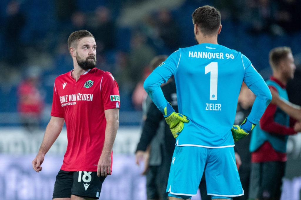 Hannover 96 mit Iver Fossum (l.) und Weltmeister Ron-Robert Zieler steht vor einer düsteren Zukunft... Foto: Imago Images