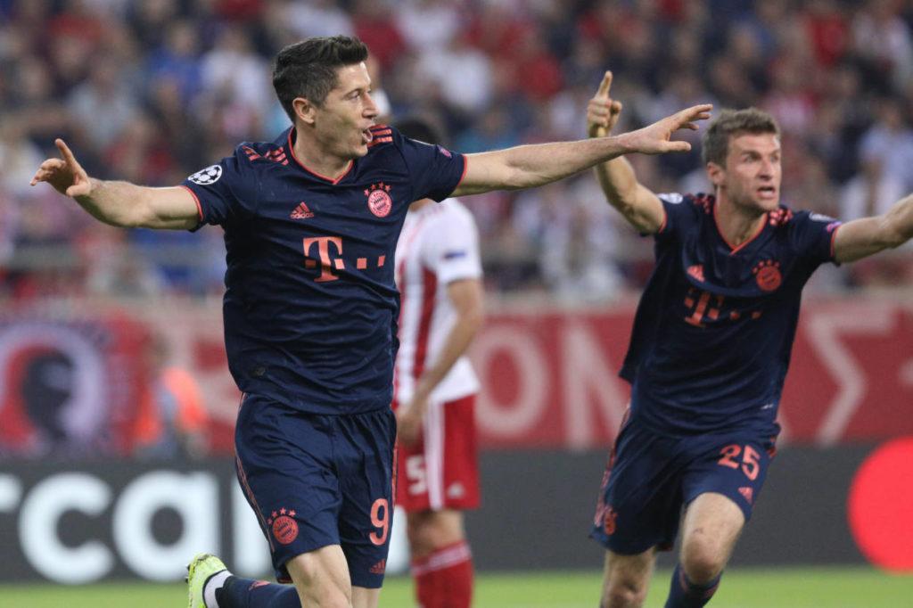 5 Tore in 3 Champions-League-Spielen: Robert Lewandowski (l.), der hier mit Thomas Müller in Piräus jubelt, ist Bayern Münchens Tor-Versicherung...