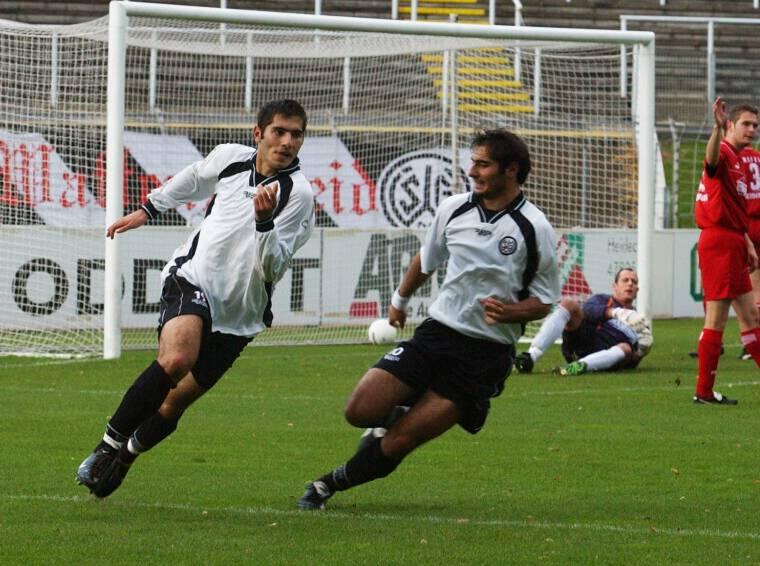 Hamit und Halil Altintop, hier 2002 in der Regionalliga Nord gegen den KFC Uerdingen, gehören zu den bekanntesten Spielern der SG Wattenscheid 09.