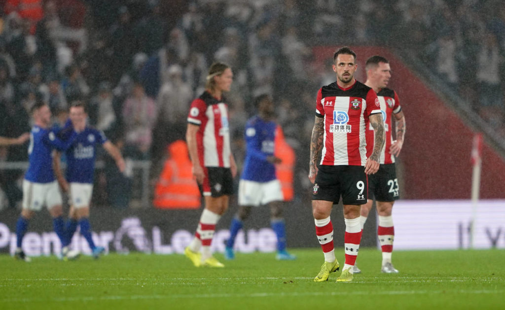 0:9 gegen Leicester City - Die Spieler des FC Southampton um Ex-Bundesligaprofi Jannik Vestergaard (l.) standen buchstäblich im Regen...