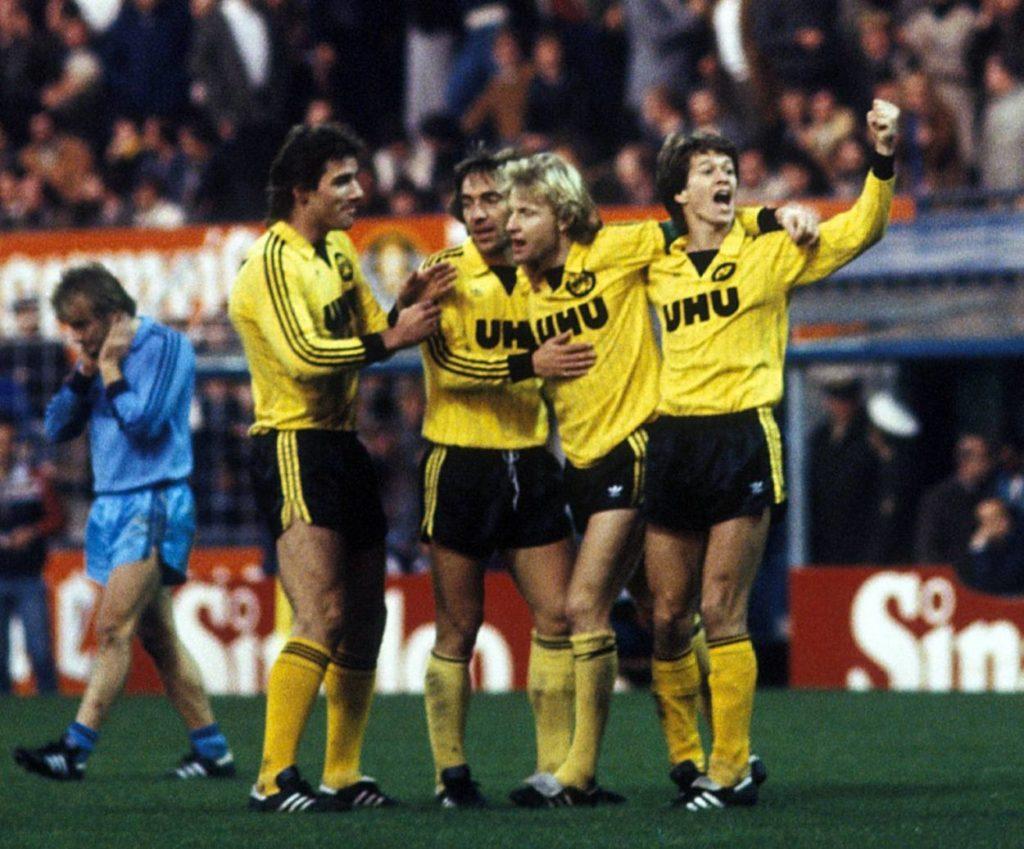 6. November 1982: Borussia Dortmund und (v. l.) Bernd Klotz, Marcel Raducanu, Manfred Burgsmüller und Siegfried Bönighausen bejubeln 10 Tore in einer Halbzeit gegen Arminia Bielefeld (11:1).