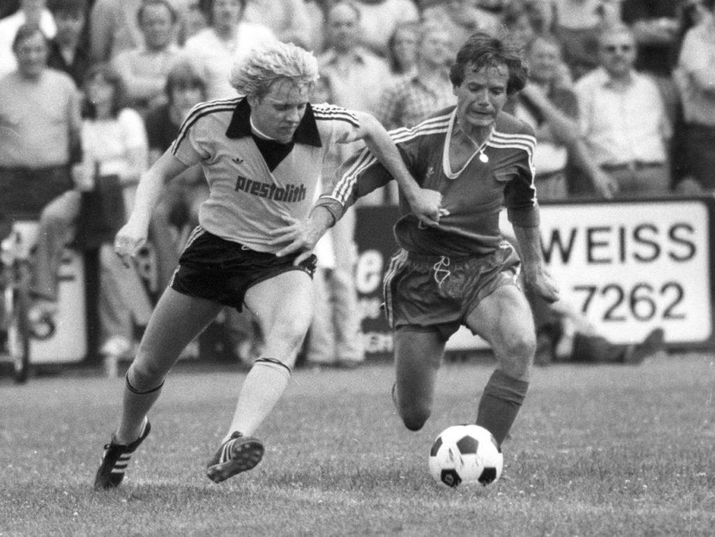 Der Präsident kann es auch am Ball: BVB-Boss Dr. Reinhard Rauball (r.) in einem Freundschaftsspiel zwischen Eintracht und Borussia Dortmund im Duell mit Wolfgang Vöge.