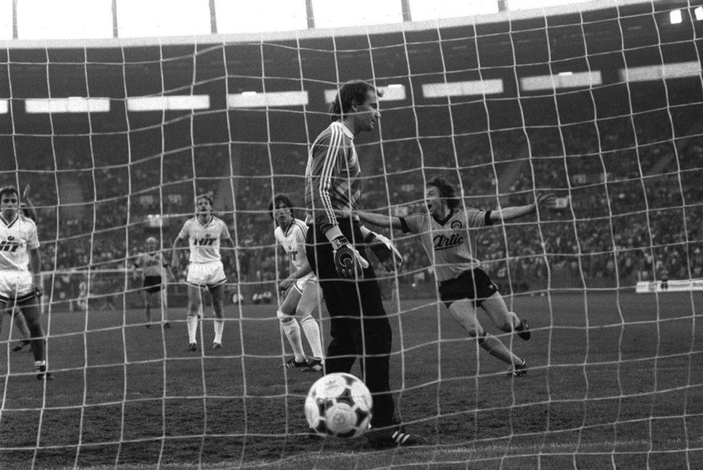 Bundesliga-Relegation 1986: Im 3. Spiel in Düsseldorf überrennen Jürgen Wegmann (m.) und Borussia Dortmund Fortuna Köln mit 8:0.