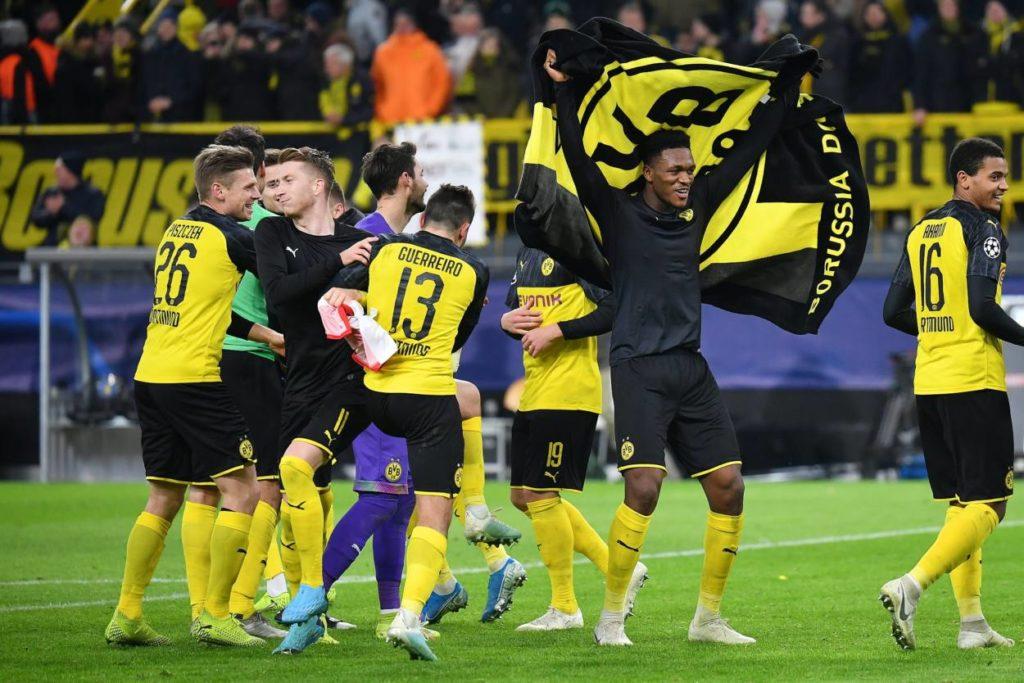 Der Tanz der Sieger: Borussia Dortmund steht dank der Schützenhilfe des FC Barcelona doch noch im Achtelfinale der Champions League.