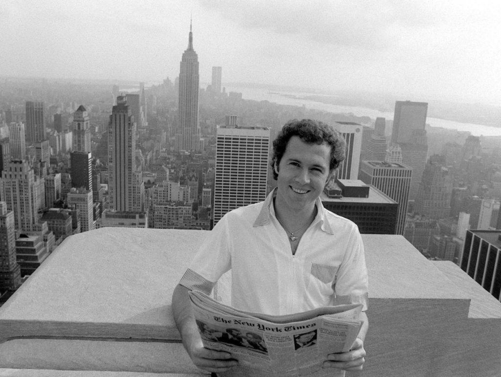 Ein bisserl Fußball... Franz Beckenbauer vor der Skyline von New York.