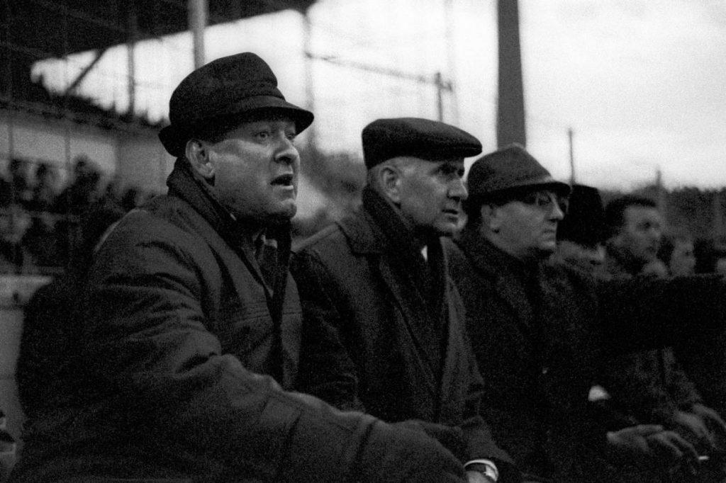 Trainer Zlatko Cajkovski (l.) und Manager Robert Schwan (2. v.l.) – hier am 18.12.1965 auf der Trainerbank - sind die Architekten des Bayern-Erfolges Mitte der 60-er Jahre.