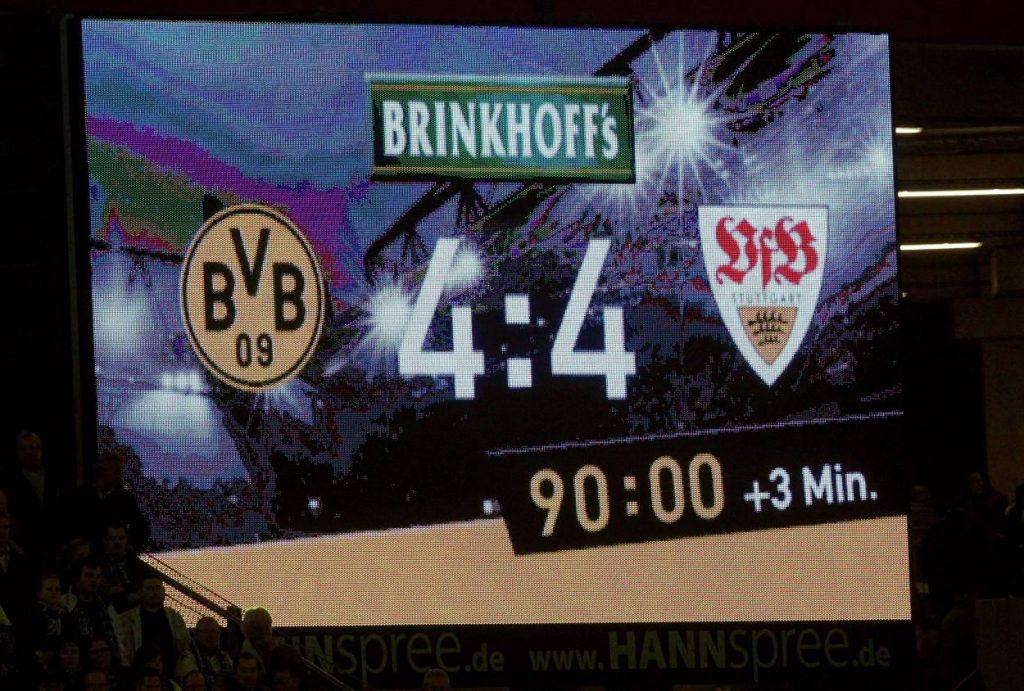 Anzeigetafel mit dem sensationellen Endergebnis 4:4! Borussia Dortmund verspielte eine 2:0-Führung gegen den VfB Stuttgart.