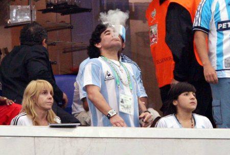 Maradona darf alles. Hier gönnt er sich während der WM 2006 in Deutschland eine Zigarette auf der Ehrentribüne.