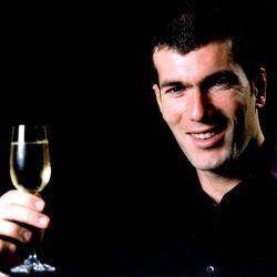 Ein Gläschen in Ehren… aber auch gern mal eine Zigarette für Fußball-Superstar Zinedine Zidane, hier im Jahr 2001.