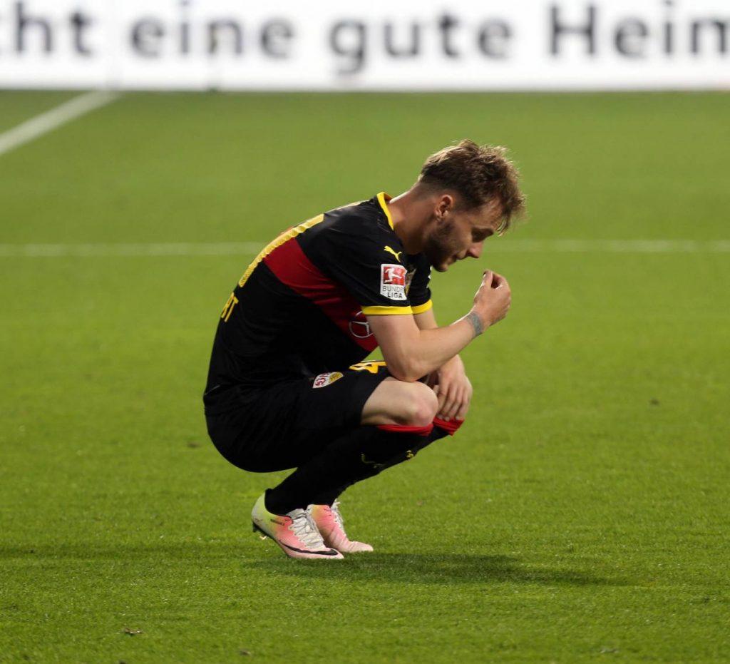 Alexandru Maxim (VfB Stuttgart) kann es nicht fassen. 2:6 gegen Werder Bremen.