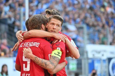 Endlich wieder Körperkontakt! Freiburgs Kapitän Mike Frantz ist begeistert vom zurückgekehrten Mannschaftstraining.