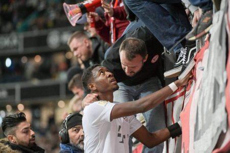 David Alaba scheut auch in schweren Stunden, wie hier nach dem 1:5-Debakel bei Eintracht Frankfurt am 2. November 2019, den Gang in die Bayern-Fankurve nicht.