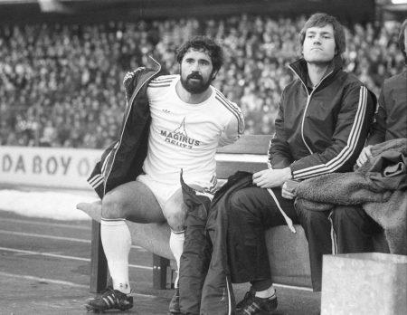 Kaum zu glauben: Diese im Bild festgehaltene Auswechslung am 3. Februar 1979 im Frankfurter Waldstadion beendete das Wirken von Gerd Müller beim FC Bayern München. Rechts: Martin Jol.