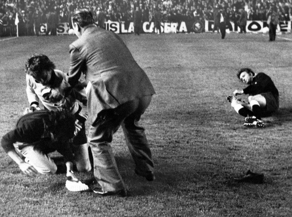 Dieser Hooligan von Real Madrid, der zuvor Schiedsrichter Linemayr und Gerd Müller (nicht im Bild) geschlagen hatte, bekam es 1976 mit Sepp Maier zu tun…