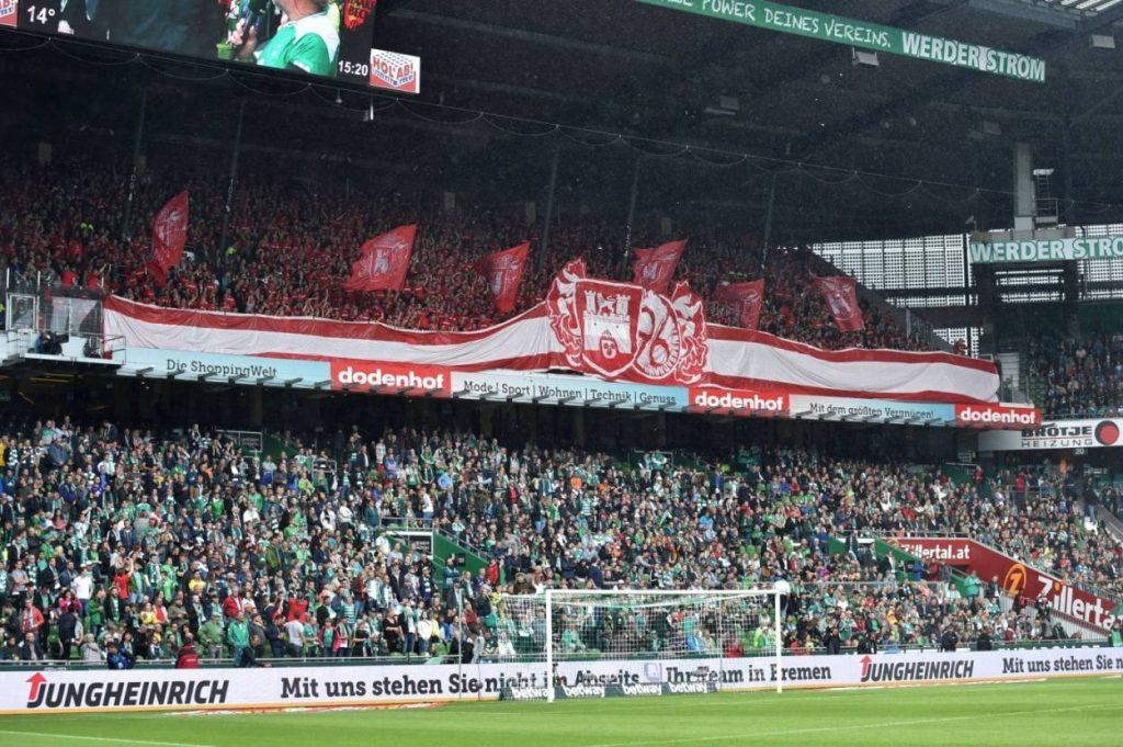 Fan-Rivalität: Hannover 96 flaggt im Bremer Weserstadion.