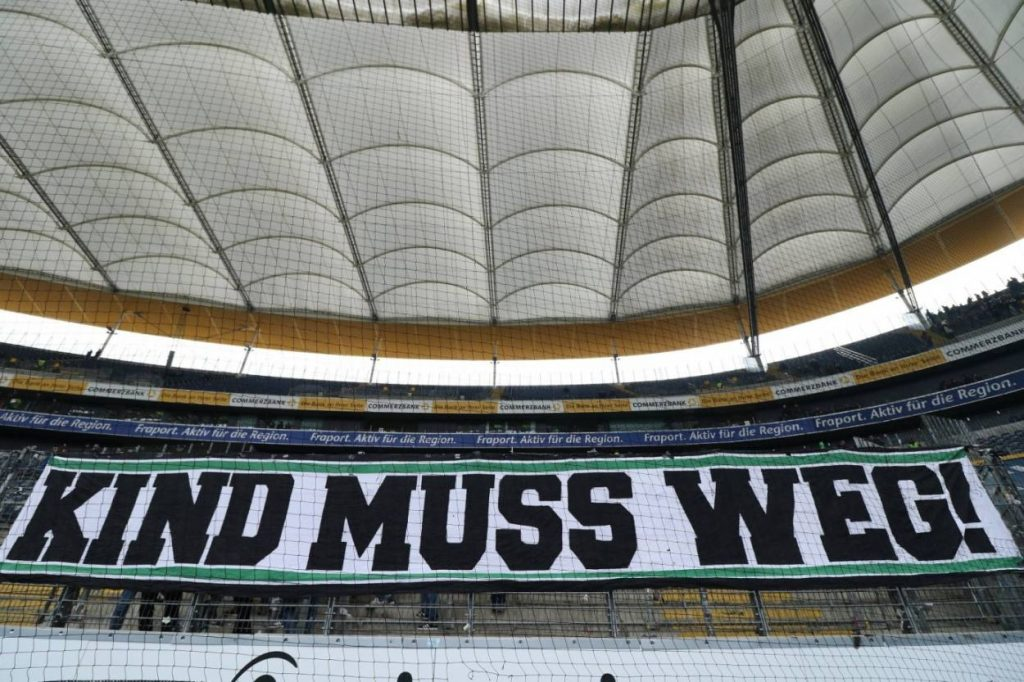 Hannover-Fans protestieren in Frankfurt gegen Klubchef Martin Kind (2018).