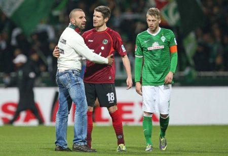 Werder Bremen – und die beiden HSVs. Das verläuft selten freundschaftlich, wie hier im Bild 2013 mit einem Fan-Flitzer, Hannovers Sebastien Pocognoli und Werder Bremens Aaron Hunt.