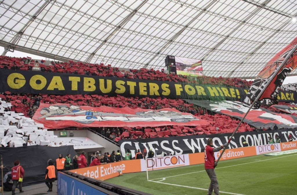 Bayer Leverkusen – Bei diesem Anti-Köln-Spruchband muss man erst um die Ecke denken.