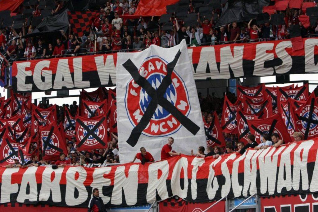 2005: Anti-Bayern-Choreographie in der Fankurve des 1. FC Nürnberg.
