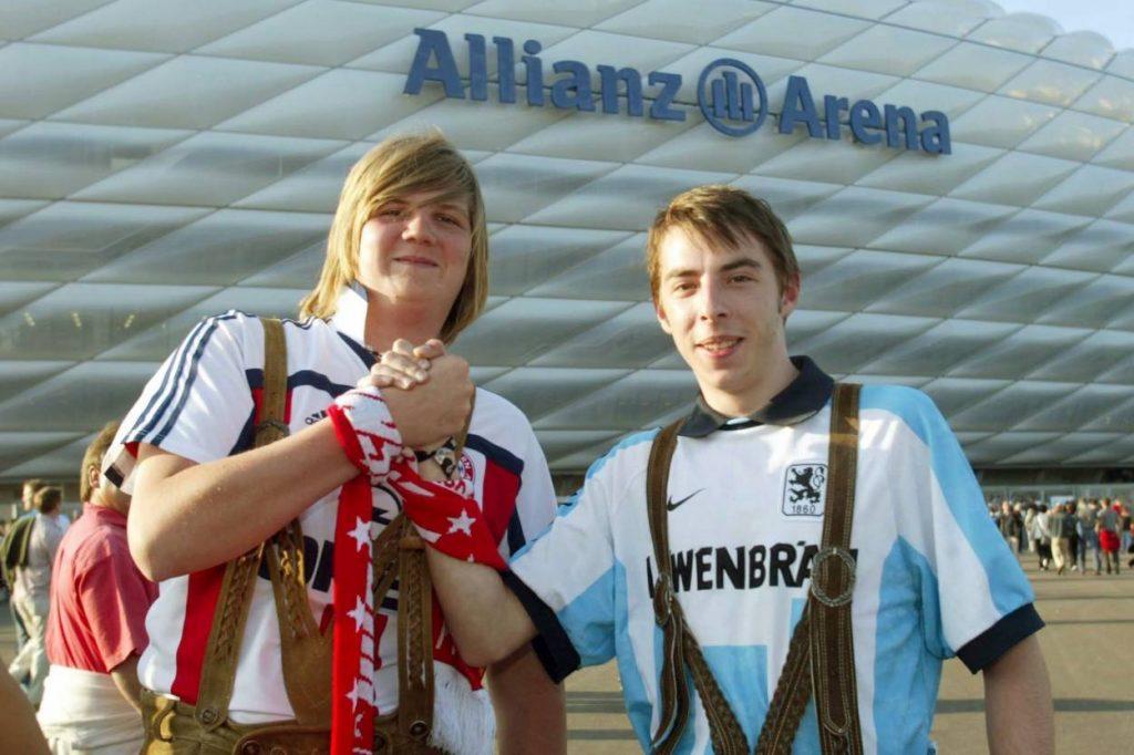 Freundschaftliche Gesten zwischen Fans von Bayern und 1860 München, wie hier bei der Eröffnung der Allianz Arena im Juni 2005, sind selten.