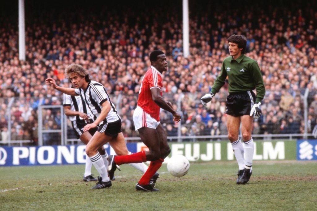 Fashanu (m.) im Dress von Nottingham Forest, 1982. Foto: Imago Images / Colorsport