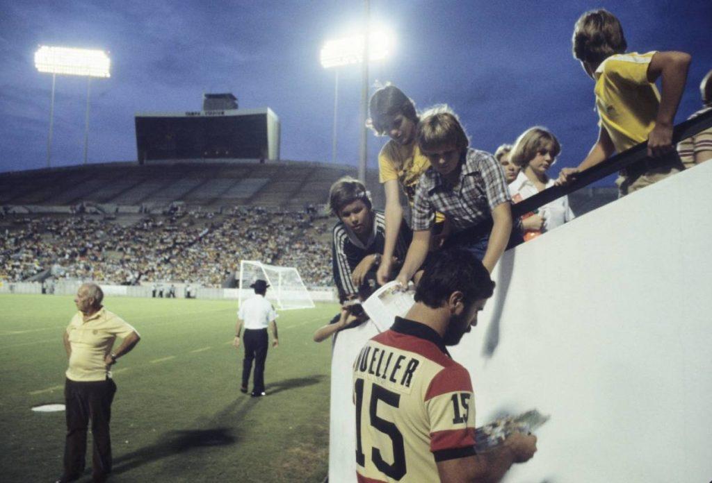 Der Bomber vor leeren Rängen: Gerd Müller (vorn) schreibt in Diensten der Fort Lauderdale Strikers in den USA Autogramme für die wenigen anwesenden Fans.