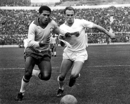 Garrincha (l.) war kaum zu stoppen.