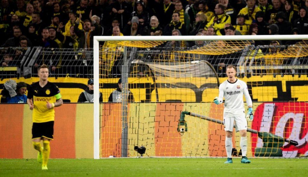 Marc-Andre ter Stegen ist Barcelonas Fels in der Brandung. Im Bild jubelt er nach einem gehalten Elfmeter von Marco Reus (l.) im Champions-League-Spiel bei Borussia Dortmund (0:0) am 17. September 2019.