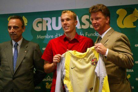 Robert Enke bei seiner Präsentation beim FC Barcelona am 25. Juli 2002 mit Trainer Louis van Gaal (r.).