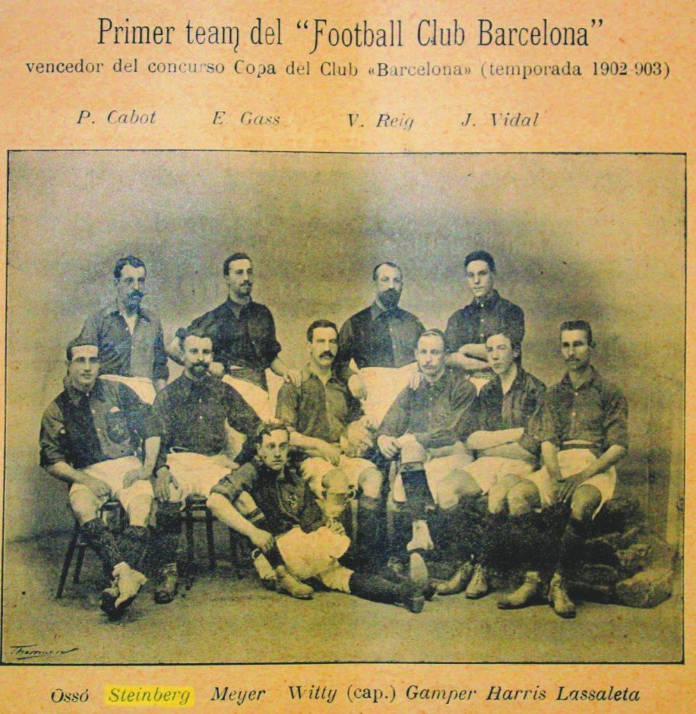 Die Mannschaft des FC Barcelona in der Saison 1902/03 mit Udo Steinberg (vorn, 2. v. l.), Otto Mayer und Hans Gamper (2. v. r.). Ausschnitt: Los Deportes, 31. März 1903.