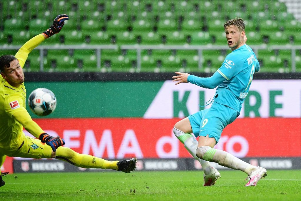 Bundesliga Spiel 2019/20, Werder Bremen - VfL Wolfsburg 0:1. Torwart Jiri Pavlenka und Torschütze Wout Weghorst.