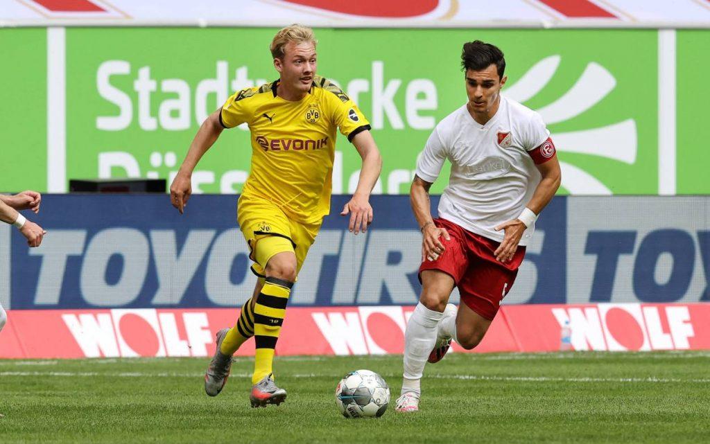 Fußball 1. Bundesliga Saison 2019/20: 31. Spieltag: Fortuna Düsseldorf - Borussia Dortmund BVB-Spieler Julian Brandt und Fortunas Kaan Ayhan.