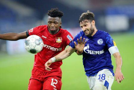 Edmond Tapsoba (Bayer 04 Leverkusen) und Daniel Caligiuri (FC Schalke 04), Fußball-Bundesliga Spiel.