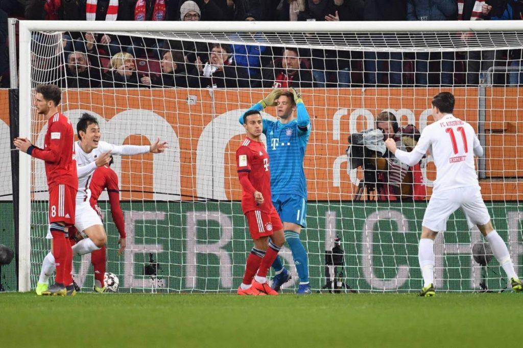 Leon, der Profi? Nationalspieler Leon Goretzka (l.) lenkt gegen den FC Augsburg den Ball ins eigene Netz. Manuel Neuer (m.) ist fassungslos.
