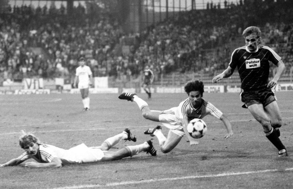 Der Auftakt der schwarzen Auswärtsserie der Eintracht am 3. September 1985 beim VfL Bochum mit Stefan Kuntz (r.), der hier vor Ralf Falkenmayer (m.) und Alexander Conrad am Ball ist.