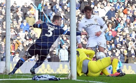 """Patrick Bamford (r.) netzt seit 2018 für Leeds United. Hier trifft er am 7. März 2020 für die """"Whites"""" gegen Huddersfield Town."""