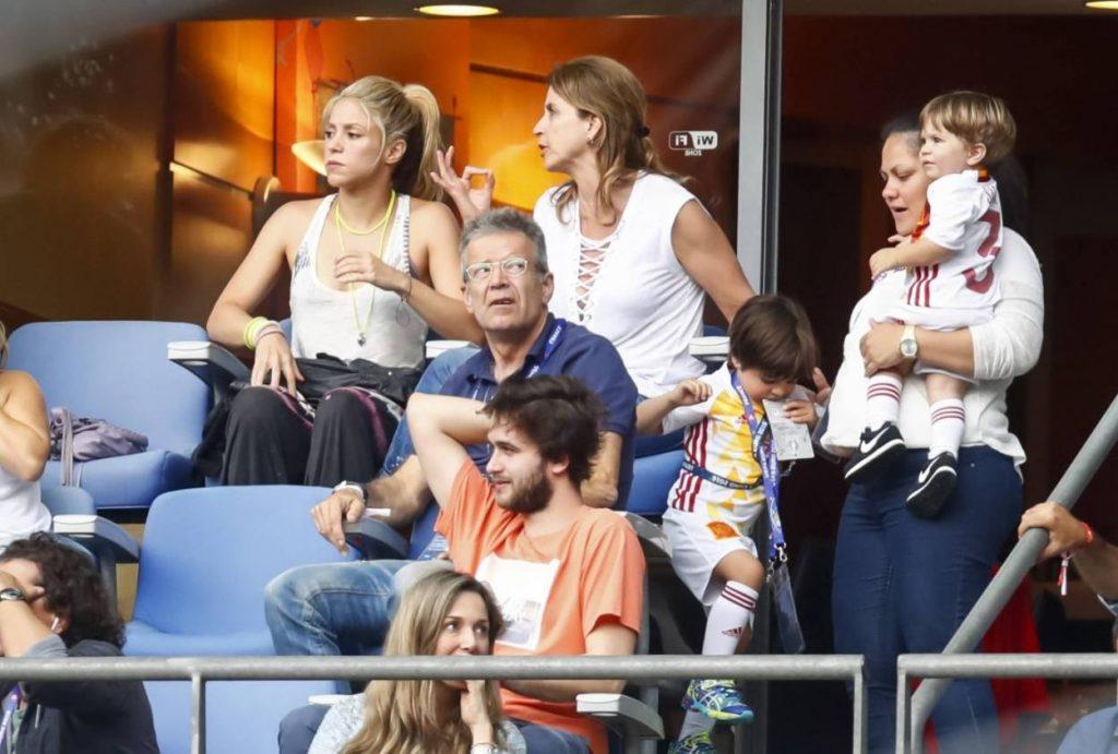 Der Piqué-Clan mit Shakira, den Kindern Milan und Sasha sowie Piqués Eltern Joan und Montserrat während der EURO 2016 in Paris.