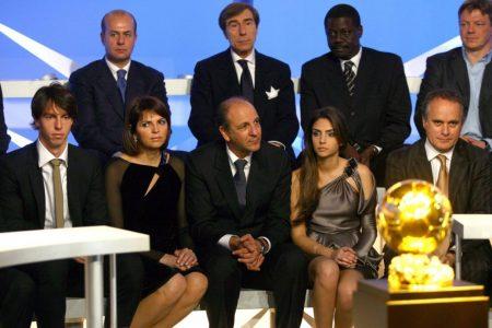 Ein großer Tag für die Familie von Kaká: Am 2. Dezember 2007 wird der Brasilianer zum Weltfußballer des Jahres ausgezeichnet. Im Bild mit der Trophäe: Kakas Bruder Digao, Mutter Simone Cristina, Vater Bosco, Ehefrau Caroline und Manager Umbeto Gandini.