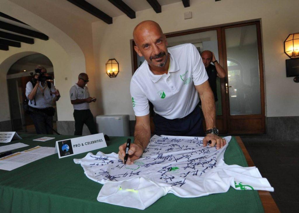 Gianluca Vialli signiert bei einem Golf Charity Event 2015 ein Trikot.