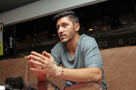 Ciprian Marica erklärt im Bild in Diensten des VfB Stuttgart 2011, wie er die Fußballwelt so sieht.