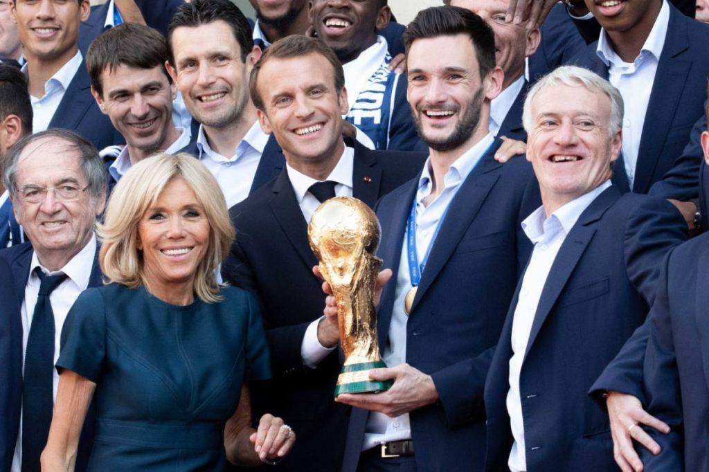 Frankreichs Elite auf einem Bild: Präsident Emmanuel Macron, Ehefrau Brigitte, Hugo Lloris und Coach Didier Deschamps nach dem WM-Titelgewinn 2018 beim Empfang im Elysee Palast.