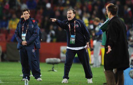 Lautstark am Spielfeldrand: Marcelo Bielsa (m.) dirigiert 2010 die chilenische Nationalmannschaft.