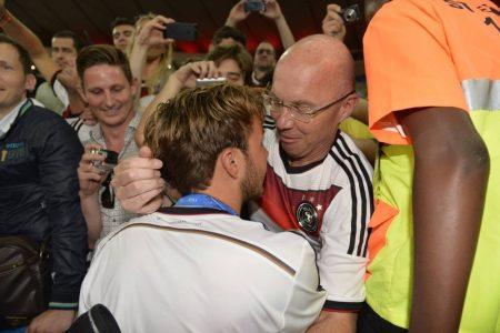 Weltmeister: Professor Jürgen Götze umarmt seinen Sohn Mario, der Deutschland mit dem 1:0 gegen Argentinien zum 4. Titelgewinn geschossen hat.